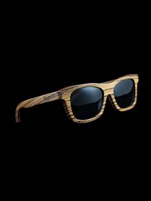 Gafas de sol de madera zebra all black tamaño completo fondo negro