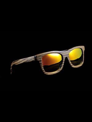 Gafas de sol de madera zebra on tamaño completo fondo negro